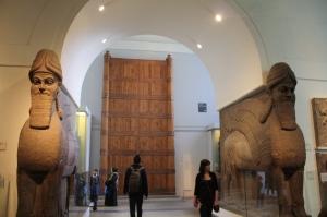 Lions ailés à tête humaines de Nimrud (ville assyrienne) avec  le portail de Balawat.